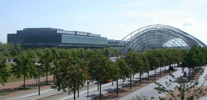 Die Neue Leipziger Messe zwischen Halle und Leipzig.