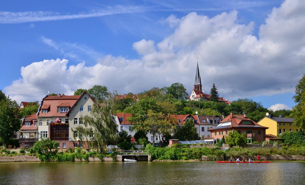 Am Saaleufer in Halle-Kröllwitz (Foto: DreiH /©pixelio.de).