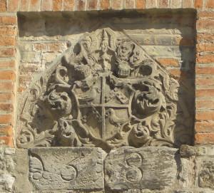 Barockes Familienwappen der Herren von Trotha und die Jahreszahl [158...] im Hof der Würdenburg