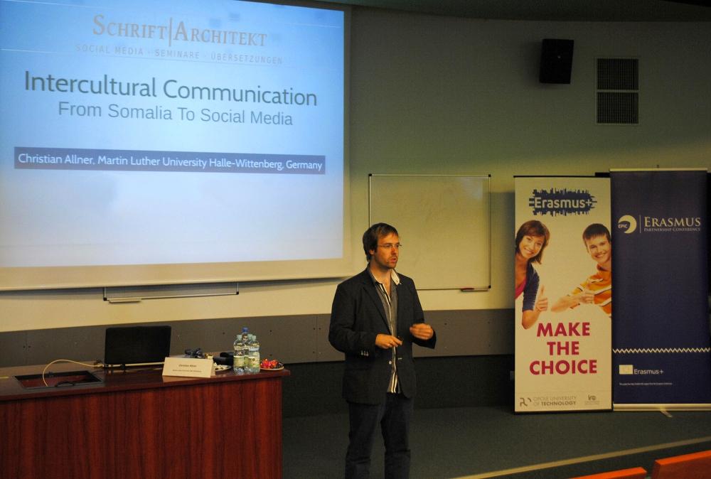 Christian Allner referiert während einer Konferenz in Opole (Oppeln) in Polen.