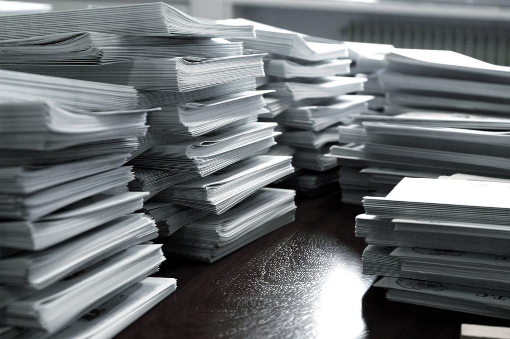 Eine gute Bewerbung sticht aus dem Papierkram heraus.