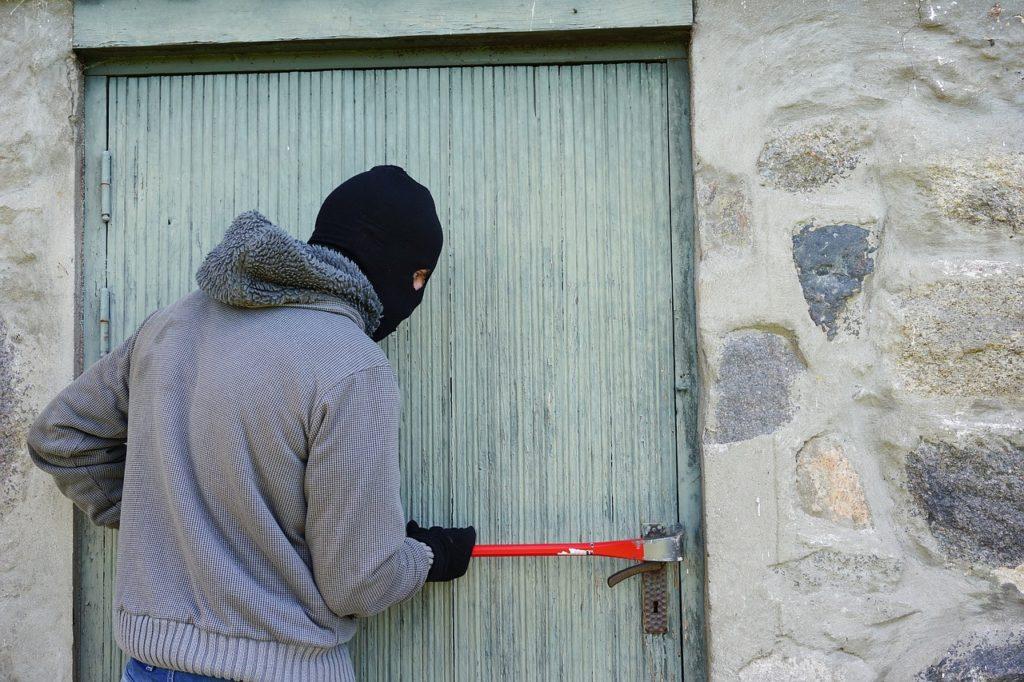 Einbrecher bei der Arbeit