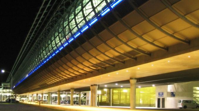 Außenansicht bei Nacht vom Flughafen Leipzig/Halle (CC BY-SA 3.0)
