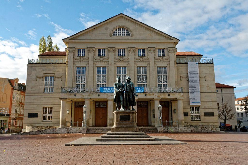 Das Goethe- und Schiller-Denkmal in Weimars Innenstadt.