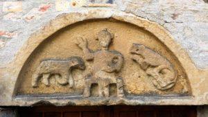 abb-2-romanisches-tympanon-ueber-dem-eingang-der-kirche