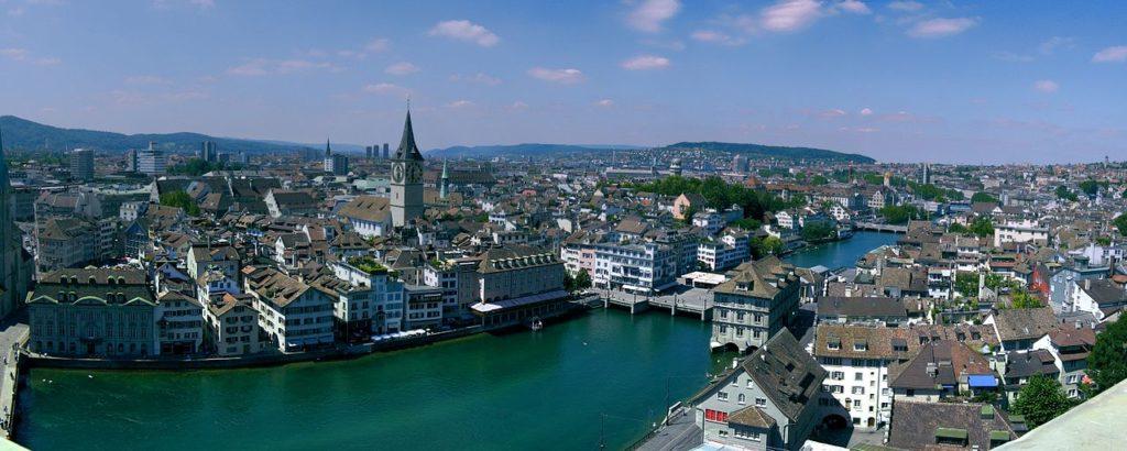 Blick auf Limmat und Peterskirche in Zürich. (CC BY-SA 3.0)