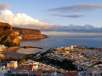 Blick von einer Aussichtsplattform bei Sonnenuntergang auf Puerto de Mogan, Gran Canaria (CC BY-SA 3.0)