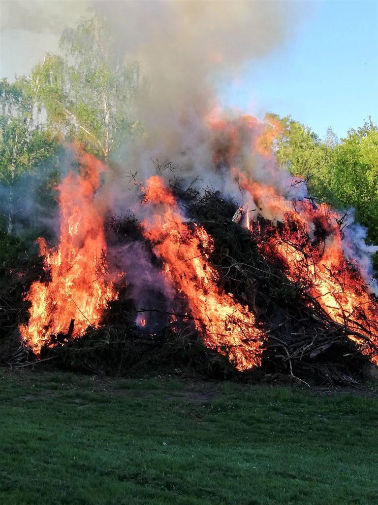 Brennender Holzhaufen, Walpurgisfeuer
