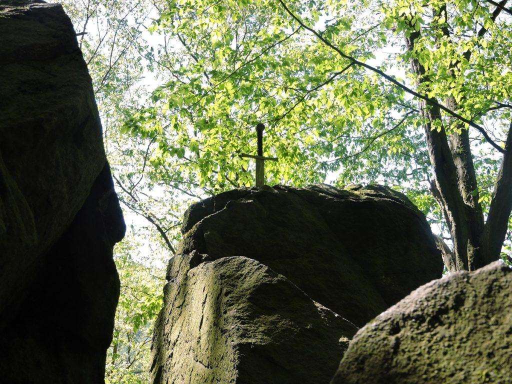 Felsen im Wald mit Schwert
