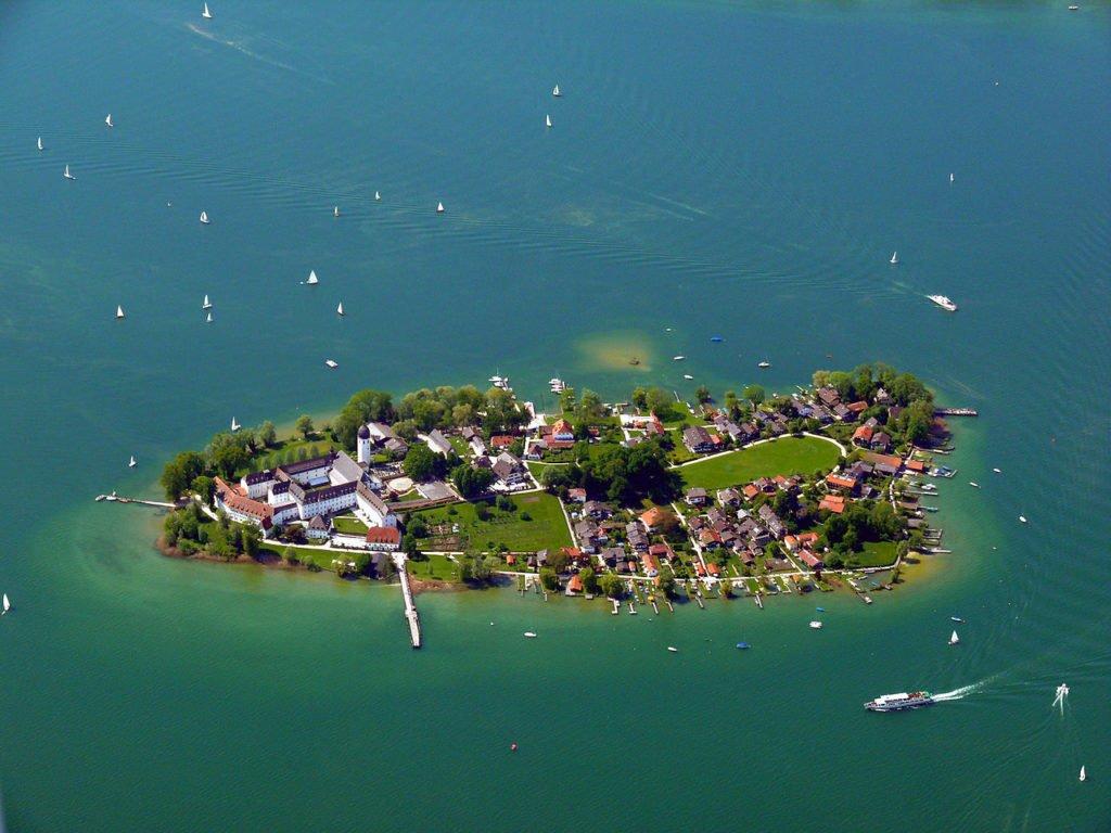 Die Fraueninsel im Chiemsee - die zweitgrößte Insel des sog. bayrischen Meeres (CC BY 3.0).