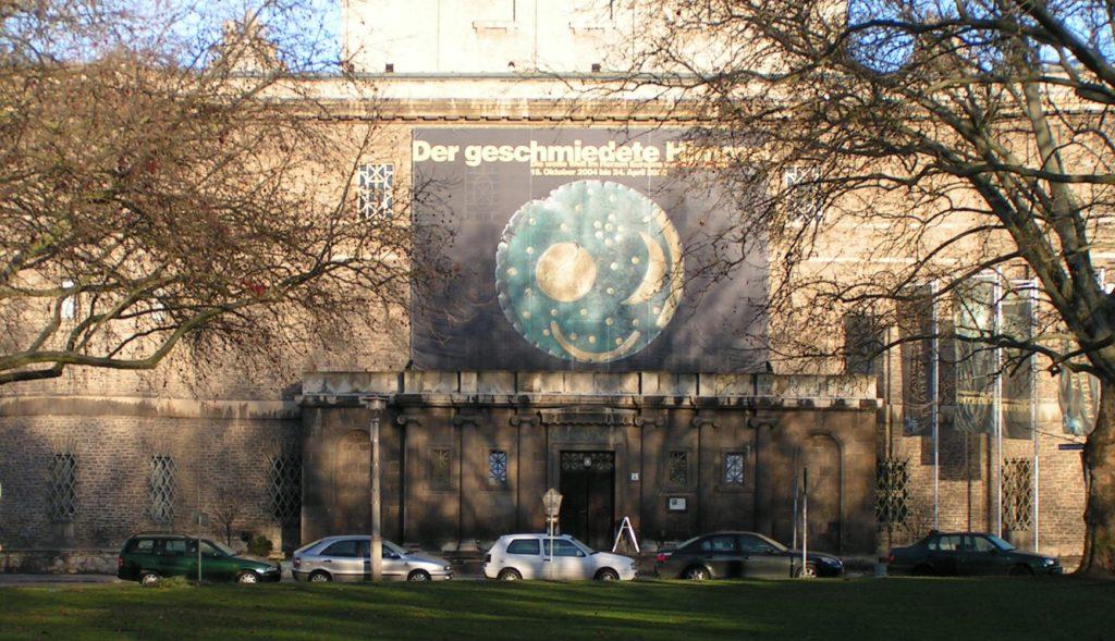 Das Landesmuseum für Vorgeschichte in Halle mit der berühmten Himmelsscheibe von Nebra (CC BY-SA 3.0).