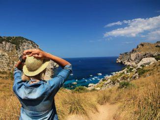 Urlaub, Strand und Sonne - dann ein Kartendiebstahl und die abgeschiedene Idylle wird zur Falle - dagegen wollen digitale Payment-Dienste vorgehen.