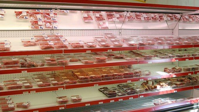 Besonders frische Ware, wie hier an einer SB-Fleischtheke im Supermarkt, wird lieber noch direkt gekauft und nicht bestellt. (CC BY-SA 3.0)