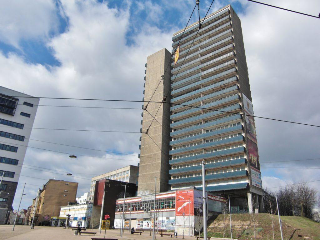 Im Hintergrund das nun abgerissene Gebäude