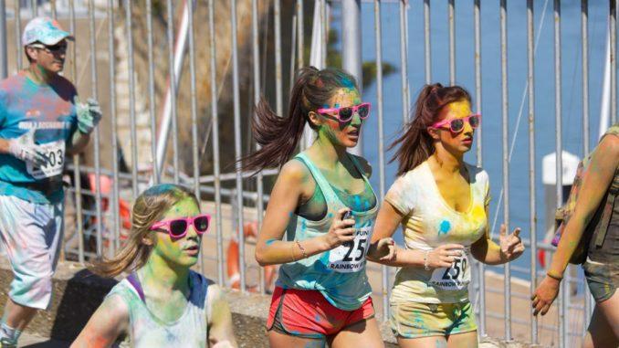 Laufen kann auch eine sehr bunte Sache sein, wie hier bei einem Mix auf Jogging-Event und Holi-Festival deutlich wird.