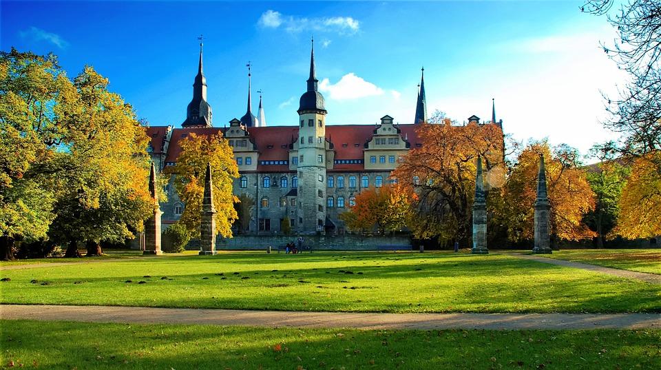 Das Merseburger Schloss vom Schlosspark aus gesehen. Der Dom befindet sich dahinter und beherbergt die Merseburger Zaubersprüche.
