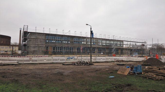 Baustelle, eingerüsteter Rohbau des Schulgebäudes,