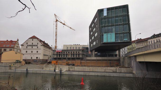 """Historische Gebäude """"Ankerhof"""" und modernes Gebäude MMZ von der Wasserseite aus gesehen."""