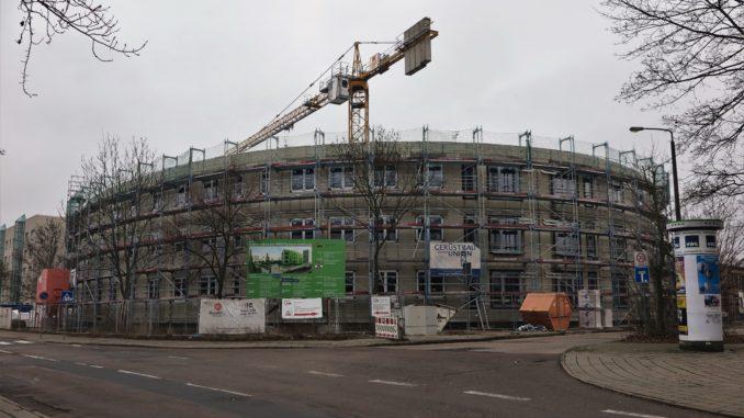 Baustelle, eingerüsteter, runder Plattenbau